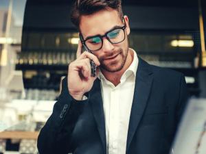 Homem falando no celular